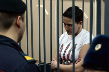 В Москве под Госдумой зажгли файеры в поддержку Надежды Савченко