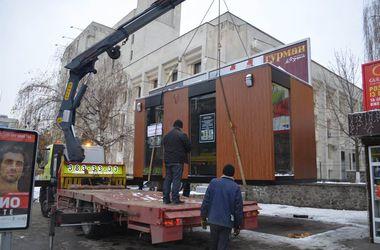 В Киеве предприниматели пытались снести незаконный ларек