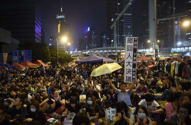 В Гонконг снова протестует, митингующих разгоняют газом