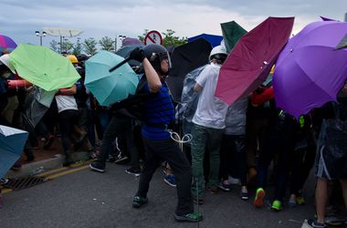 В Гонконге столкнулись полиция с дубинками и митингующие с зонтами
