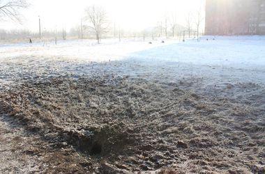 Жуткие последствия обстрела Донецка: горящий газ, черный снег, снаряды на футбольном поле и в супермаркете
