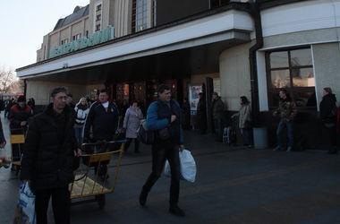 Из-за звонка анонима с киевского ж/д вокзала эвакуировали 380 человек