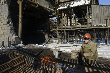 Донецкая шахта пытается устоять под постоянными обстрелами
