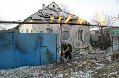 Город Енакиево подвергся массированному обстрелу: люди остались без воды, света и тепла