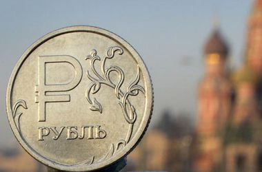 Вслед за ценами на нефть заметно упал рубль