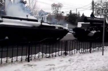 В Донецке боевики на БМП наехали на легковушку
