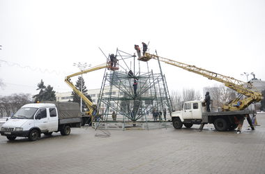 """В Донецке под звуки стрельбы монтируют елку с какой-то """"изюминкой"""""""