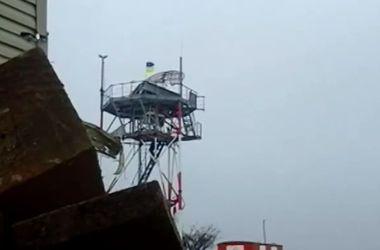 """""""Киборги"""" вывесили флаг Украины на радиостанцию Донецкого аэропорта"""