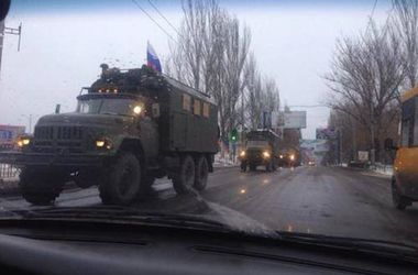 На Донецк едет колонна военной техники под российским флагом