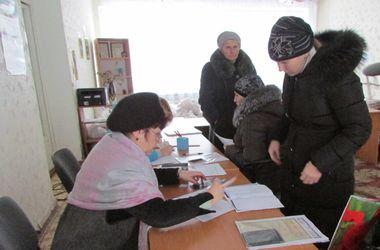Жители Тореза начали получать помощь от Рината Ахметова
