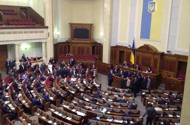 """Радикальная партия заблокировала трибуну ВР и требует исключить из руководства комитетов тех, кто голосовал за """"диктаторские"""" законы"""
