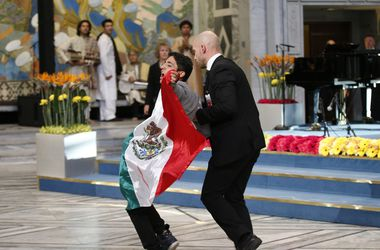 Церемонию вручения Нобелевской премии мира прервал неизвестный с мексиканским флагом