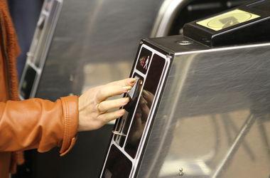 На двух станциях киевского метро жетоны будут продавать только через автоматы