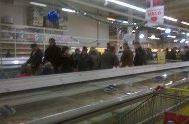 Донецкие супермаркеты снова начали принимать банковские карты – на кассах огромные очереди