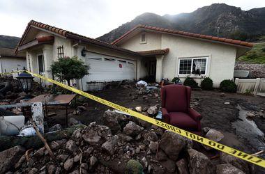 Ураган в Калифорнии: дерево раздавило авто с ребенком,тела находят в каналах