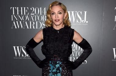 Сын Мадонны стесняется маминых откровенных фото