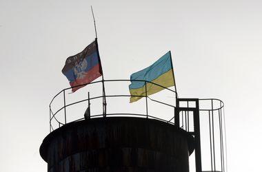 """В Красном Партизане соседствуют флаги Украины и """"ДНР"""""""