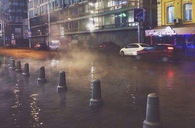 В центре Киева автомобиль провалился в яму из-за прорыва водопровода