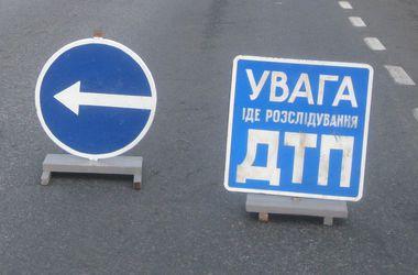 В Киеве на Южном мосту Mercedes влетел под фуру