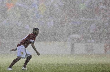 Благотворительность под ливнем: звезды сыграли в футбол в Бразилии