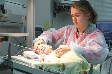 Киевские хирурги спасли от смерти маленькую девочку, которая не растет