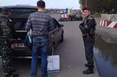 В Украине появился новый бизнес: вывоз авто из зоны боевых действий