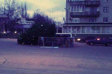 В оккупированном Новоазовске рухнула новогодняя елка