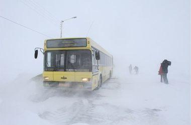 В  Одесской  области в снежном заносе застрял автобус с 60  пассажирами
