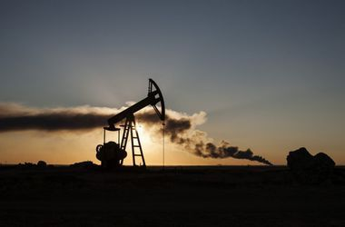 Мировые цены на нефть упали ниже $55