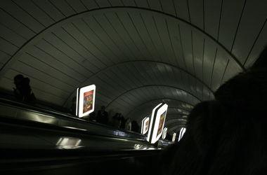 В киевском метро с поезда упал 15-летний зацепер