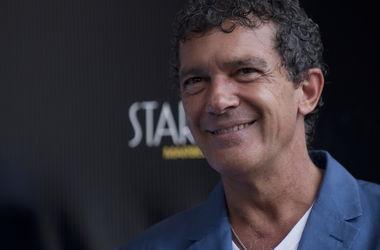 Антонио Бандерас за шесть месяцев отношений с банкиром из Голландии успел объездить полмира