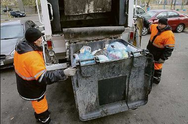 Тайны киевских свалок: в мусоре находят деньги, а отходы превращают в материал для стройки дорог