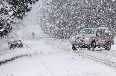 Сильнейший снегопад парализовал автомобильное движение в Грузии