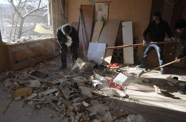 """В Донецке снаряд разнес квартиру на первом этаже. Жители: """"Стреляют из минометов"""""""