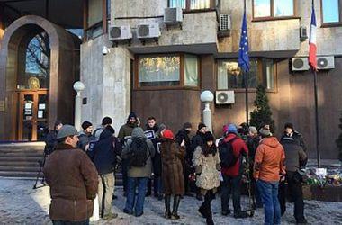 В Киеве прошла акция солидарности под посольством Франции
