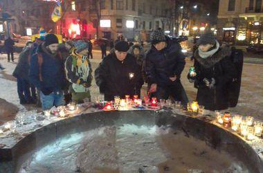 Несколько сотен активистов в Харькове зажгли свечи, чтобы помянуть погибших во Франции