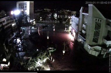 В Ивано-Франковске ветер повалил главную новогоднюю елку