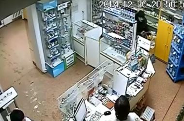 Во Львове провизор аптеки отбилась от вооруженного пистолетом грабителя