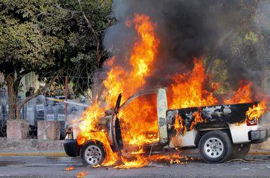 У Мексиці батьки зниклих студентів бунтують і палять машини