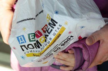 Штаб Ахметова начал выдачу новогодних подарков для детей в Докучаевске и Старобешево