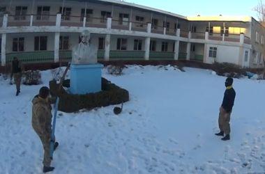 В Одесской области Самооборона снесла Ленина и отбила ему голову гаечным ключом