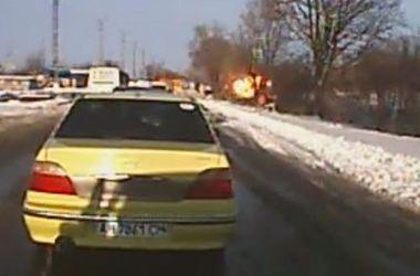 Видеорегистратор записал момент взрыва снаряда рядом с автобусом под Волновахой
