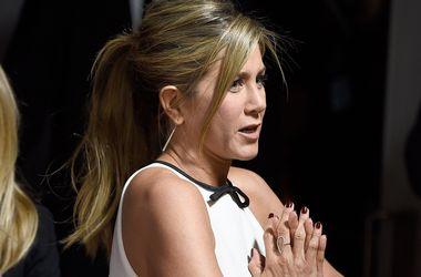 """Дженнифер Энистон примерила необычное платье на премьере фильма """"Торт"""" в Голливуде"""