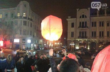 В Харькове в память о жертвах трагедии под Волновахой запустили небесные фонарики