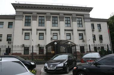 Крымские беженцы провели пикет под посольством России в Киеве
