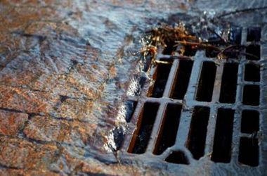 В Киеве женщина застряла в решетке канализации