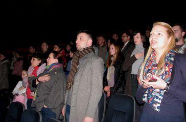В днепропетровском кинотеатре сотни горожан спели гимн Украины