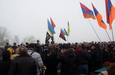 Сотни людей собрались на кладбище, чтобы почтить память Нигояна