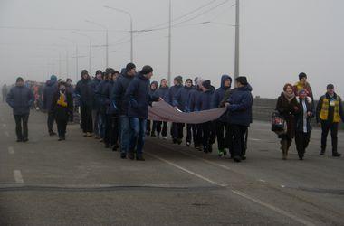 В Днепропетровске тысячи человек объединили левый и правый берег