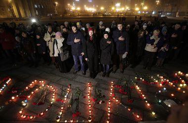 """На Майдане из лампадок выложили слово """"Мариуполь"""""""